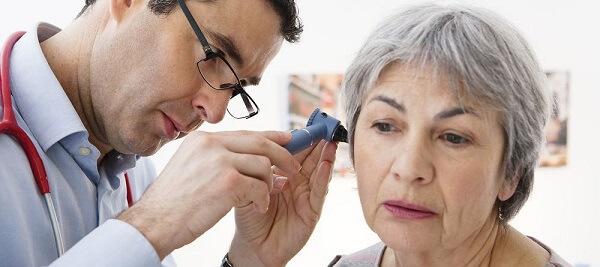 Geriatra em Curitiba: A imagem mostra uma paciente idosa sendo avaliada por um médico geriatra.
